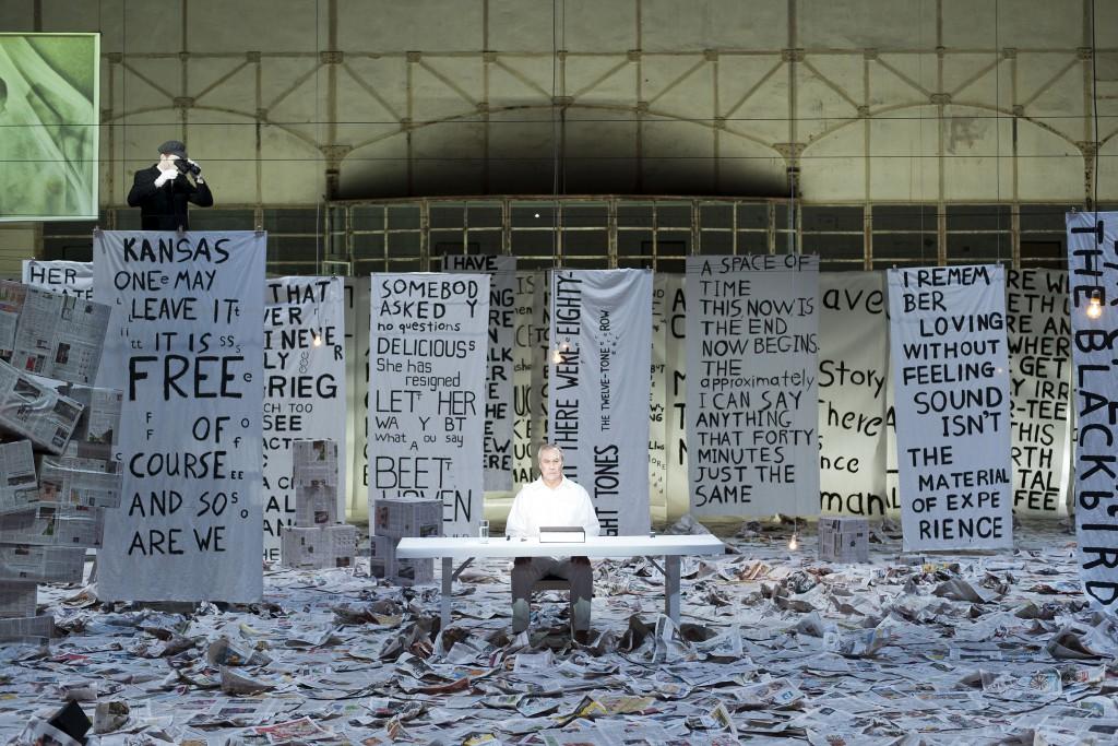 """Theaterperformance Robert Wilson """" Lecture on Nothing """" von John Cage in der Jahrhunderthalle Bochum im Rahmen der Ruhrtriennale 2012"""